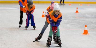 Kinderen schaatsen